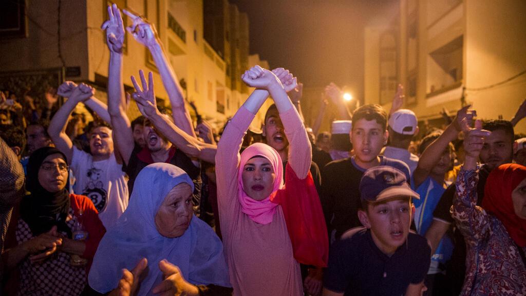 Des manifestants dans les rues de Al-Hoceïma, dans le nord du Maroc, le 10 juin 2017.