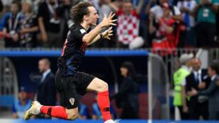 لاعب خط الوسط الكرواتي لوكا مودريتش يحتفل بفوز فريقه على إنكلترا في مباراة النصف نهائي لكأس العالم في ملعب لوزنيكي في موسكو، 11 تموز/يوليو 2018.