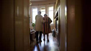 Une Hongroise âgée de 92 ans Maria Krisztian est soutenue par un proche dans son appartement à Budapest, le 24 avril 2020