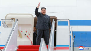 El líder de Corea del Norte, Kim Jong Un, saluda antes de partir de Pyongyang a Singapur el 10 de junio de 2018.
