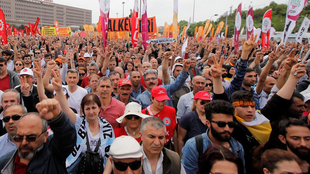 Los manifestantes levantan sus puños durante un mitin del Primero de Mayo en Estambul, Turquía, el 1 de mayo de 2019.