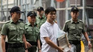 جوشوا وونغ عند إطلاق سراحه في هونغ كونغ في 17 يونيو/حزيران 2019.