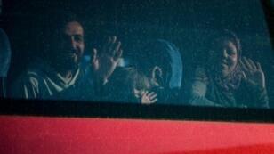 مهاجرون على متن حافلة خلال اجلائهم من مخيم ايدوميني في 25 اذار/مارس 2016