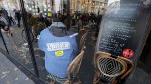 En Île de France, les commerçants ressentent durement l'effet des grèves contre la réforme des retraites.