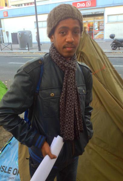 Abdel, jeune Soudanais, arrivé début octobre à Paris, vient de faire sa demande d'asile. Il affirme que dans le campement, peu de gens viennent de Calais.