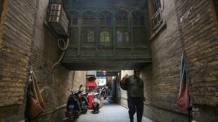 Un iraquí camina por una callejuela de Bagdad