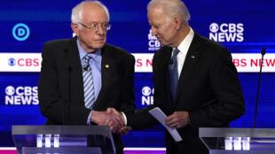Bernie Sanders et Joe Biden le 25 février 2020 lors d'un débat à Charleston, en Caroline du Sud.