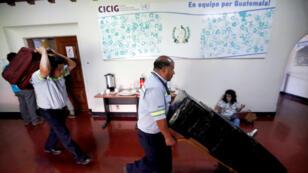 Trabajadores sacan las últimas cajas de la que fue la sede de la Comisión Internacional Contra la Impunidad en Guatemala (Cicig) durante los últimos 12 años, este miércoles en la Ciudad de Guatemala (Guatemala).