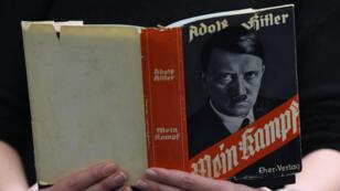 """La couverture de l'une des éditions de """"Mein Kampf""""."""