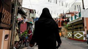 Una mujer musulmana que lleva un hiyab camina en una calle de Colombo, días después de una serie de atentados suicidas con bombas en el domingo de Pascua, en Sri Lanka, el 29 de abril de 2019.