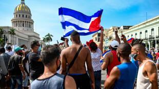 Des Cubains manifestent contre le gouvernement du président Miguel Diaz-Canel devant le Capitole de La Havane, le 11 juillet 2021
