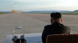 Esta foto sin fecha publicada por la Agencia Central de Noticias Coreana (KCNA) de Corea del Norte el 16 de septiembre de 2017 muestra al líder norcoreano Kim Jong-Un inspeccionando un ejercicio de lanzamiento de misil.