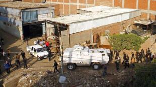 Scène de bataille entre les forces de sécurité égyptiennes et des jihadistes de Ansar Beït al-Maqdess, dans le village Arab  Charkas, au nord du Caire, le 19 mars 2014.
