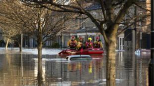 Des secouristes longent une rue à York, ville sous les eaux, dans le nord de l'Angleterre, le 27 décembre 2015.