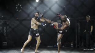 Le Français Alioune Nahaye (à droite) et l'Espagnol David Mora lors du 1er combat officiel de MMA en France, à  Vitry-sur-Seine, près de Paris, le 8 Octobre 2020.