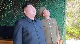 El líder de Corea del Norte, Kim Jong-un, supervisa un simulacro de ataque para varios lanzadores y armas tácticas teledirigidas al Mar del Este durante un ejercicio militar en Corea del Norte, el 4 de mayo de 2019.