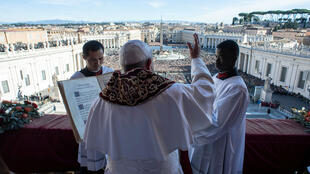 """El papa Francisco entrega el mensaje """"Urbi et Orbi"""" desde el balcón principal de la Basílica de San Pedro en la Ciudad del Vaticano, el 25 de diciembre de 2018."""