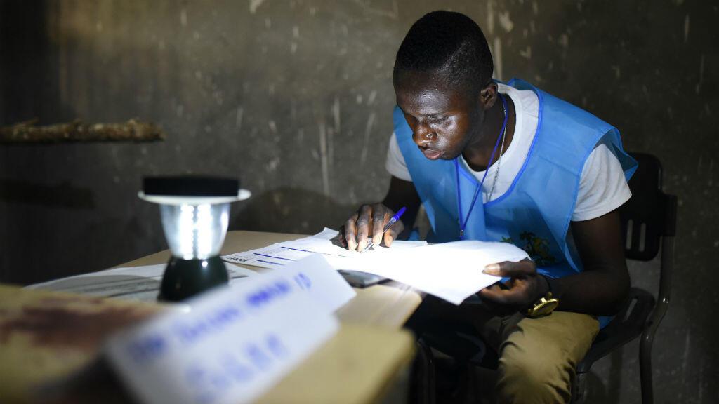 Un trabajador electoral cuenta los votos durante la segunda vuelta presidencial en Freetown, Sierra Leona el 31 de marzo de 2018