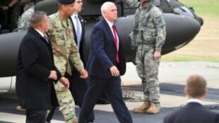 Mike Pence arrive à la base américaine de Camp Bonifas, en Corée du Sud, le 17 avril 2017.
