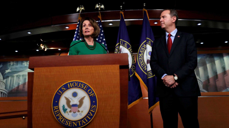 La presidenta de la Cámara de Representantes, Nancy Pelosi, habla junto al presidente del Comité de Inteligencia, Adam Schiff, sobre la investigación contra Trump, en Washington D. C., EE. UU., el 15 de octubre de 2019.