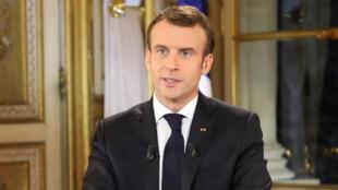 Emmanuel Macron habla durante un discurso especial a la nación en sus primeros comentarios públicos después de cuatro semanas de protestas en todo el país.