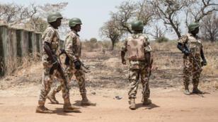 Des soldats nigérians patrouillent sur le site du lycée des filles de Chibok, en mars 2016.