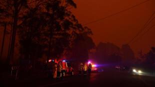 Personal de emergencia en una vía del sur de Sídney. 4 de enero de 2020.