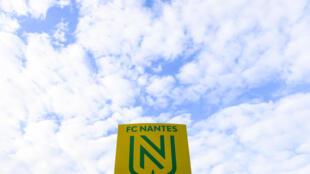 صورة للشعار الجديد لنادي نانت التقطت خلال المباراة ضد سترالسبورغ بملعب لابوجوار في نانت في الدوري الفرنسي في 24 أيار/مايو 2019.في
