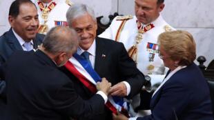 El presidente de Chile, Sebastián Piñera, junto a la expresidenta Michelle Bachelet, en el Congreso en Valparaíso, Chile, el 11 de marzo de 2018.