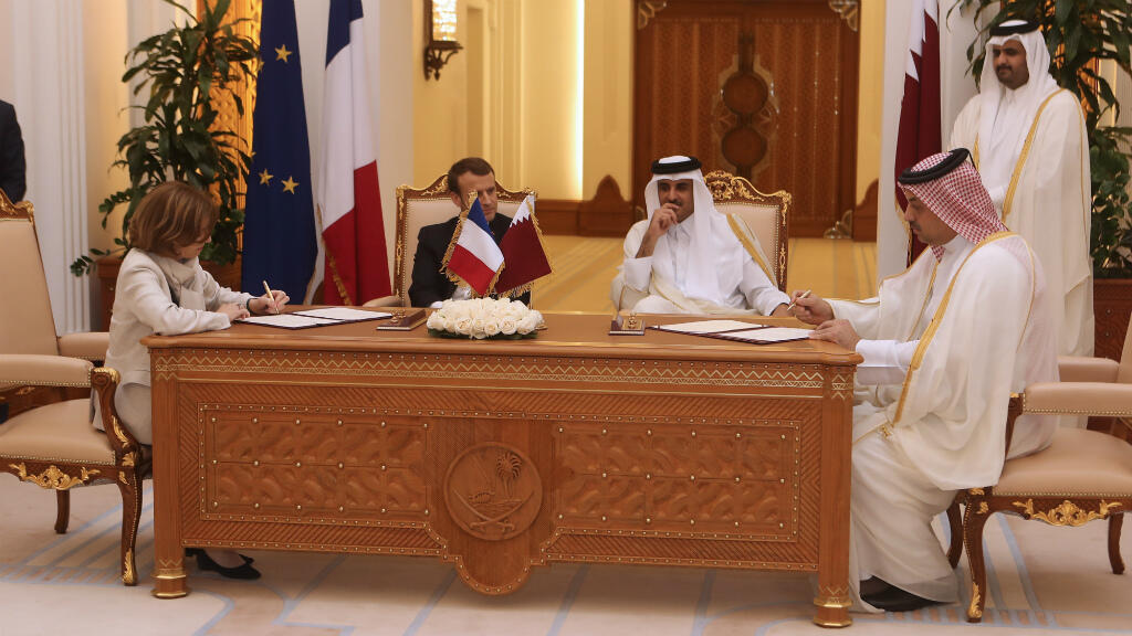 Le président français, Emmanuel Macron, et l'émir du Qatar, le cheikh Tamim ben Hamad al-Thani, signent des accords bilatéraux à Doha le 7 décembre 2017.
