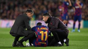 الفرنسي عثمان ديمبيلي لاعب برشلونة بعد تعرضه لإصابة في المباراة امام بوروسيا دورتموند الالماني في دوري ابطال اوروبا لكرة القدم على ملعب كامب نو في 27 تشرين الثاني/نوفمبر 2019