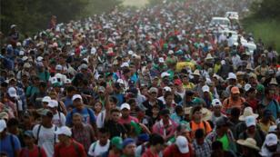 Una caravana de miles de migrantes de América Central, en ruta hacia Estados Unidos, se dirige a San Pedro Tapanatepec desde Arriaga, México, el 27 de octubre de 2018.