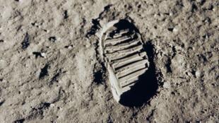 أثر حذاء بوز ألدرين على سطح القمر