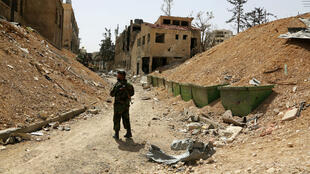 Un soldat des forces syriennes dans les rues de Douma en Syrie, le 19 avril 2018.