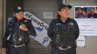 Dos miembros de las fuerzas policiales durante una protesta en México el 19 de julio de 2018.