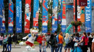 Aficionados ubicados a las afueras del estadio de San Petersburgo.