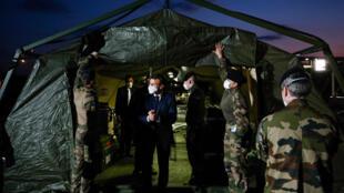 Le président Emmanuel Macron visite l'hôpital militaire de campagne installé devant l'hôpital Emile Muller de Mulhouse, le 25 mars 2020
