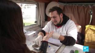 Un membre de la Brigade itinérante du plaisir effectue un dépistage gratuit.