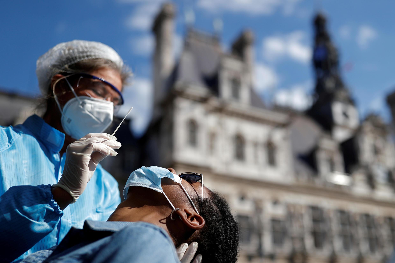 Un patient se fait tester pour la Covid-19 à Paris, le 2septembre2020.