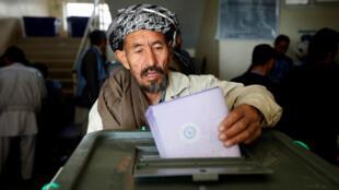 Un hombre afgano emite su voto durante las elecciones parlamentarias en una mesa electoral en Kabul, Afganistán, el 21 de octubre de 2018.