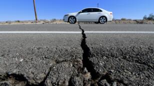 Les stigmates du séisme du 4 juillet 2019 visibles sur l'autoroute 178, au sud de Trona, en Californie.