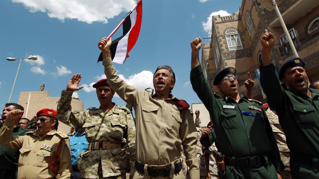 Des membres des forces de sécurité participent à une manifestation du mouvement chiite houthi, le 1er septembre à Sanaa.
