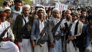 Des rebelles houthis se sont rassemblés vendredi 10 avril à Sanaa pour réclamer l'arrêt des frappes saoudiennes sur le Yémen.