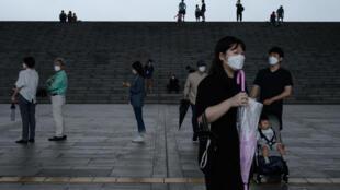 Unos visitantes con mascarilla fotografiados el 23 de julio de 2020 en el Museo Nacional de Corea, en Seúl