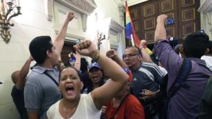 Les partisans du président vénézuélien tentent de forcer le passage à l'Assemblée nationale lors d'une session extraoridinaire appelée par les dirigeants de l'opposition, à Caracas, le 23 Octobre 2016.