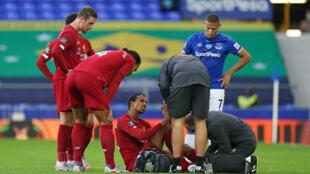 الكاميروني جويل ماتيب على الأرض بعد تعرضه للإصابة خلال مباراة فريقه ليفربول ضد إيفرتون في الدوري الإنكليزي لكرة القدم، في 21 حزيران/يونيو 2020.