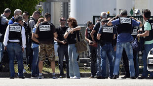 Des policiers devant l'entrée de la société Air Products à Saint-Quentin-Fallavier, le 26 juin 2015.