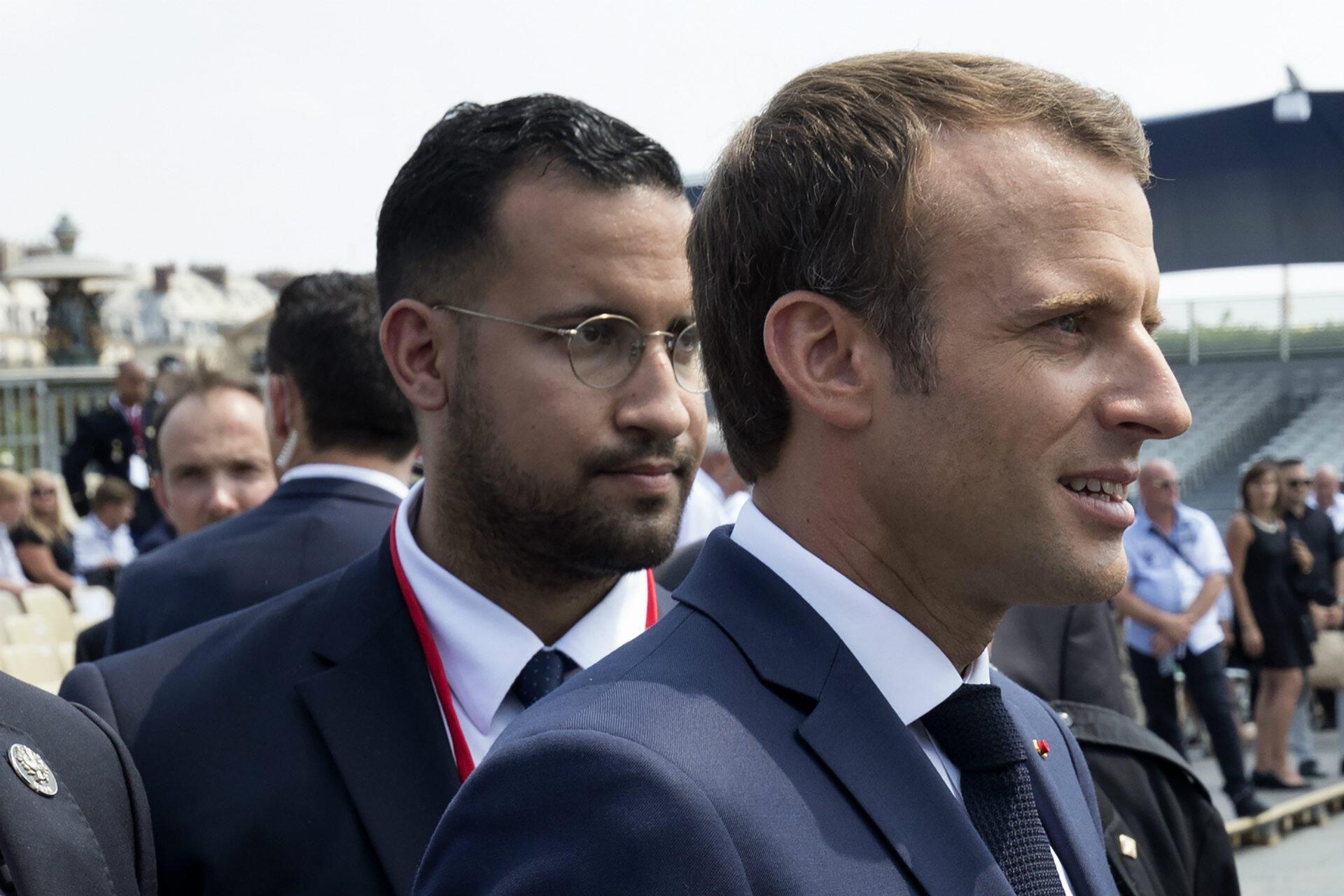 Le quotidien Le Monde révèle le 18 juillet qu'Alexandre Benalla, chargé de mission auprès d'Emmanuel Macron, a usurpé la fonction de policier, a interpellé et violenté deux personnes lors d'une manifestation le 1er mai à Paris. L'Élysée, informé du problème dès le 2 mai, est accusé de l'avoir géré avec légèreté. Commissions d'enquêtes parlementaires, audition du ministre de l'Intérieur, emballement médiatique : l'affaire Benalla empoisonne l'exécutif tout l'été. La réforme constitutionnelle, notamment, est repoussée. Elle connaît un acte II en fin d'année lorsque Mediapart et Le Monde révèlent qu'Alexandre Benalla continue de voyager avec un passeport diplomatique.