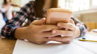 La loi interdit l'utilisation des portables à l'école ou au collège sauf autorisation explicite dans le règlement de l'établissement
