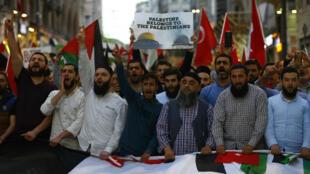 Manifestantes durante una protesta en apoyo a los palestinos y en contra del traslado de la embajada de EE. UU. a Jerusalén, en Estambul, Turquía. 14 de mayo de 2018.